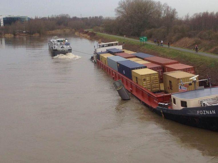 Een eerste poging om het vastgelopen vrachtschip los te trekken, mislukte.