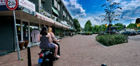 Stoeprand en hekjes tegen (brom)fietsers op het Damplein