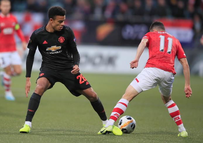 AZ-speler Idrissi (r) in duel met United-speler Greenwood.