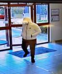 De politie is op zoek naar deze overvaller. Hij bedreigde het personeel van een bedrijf langs de Brusselsesteenweg in Overijse.
