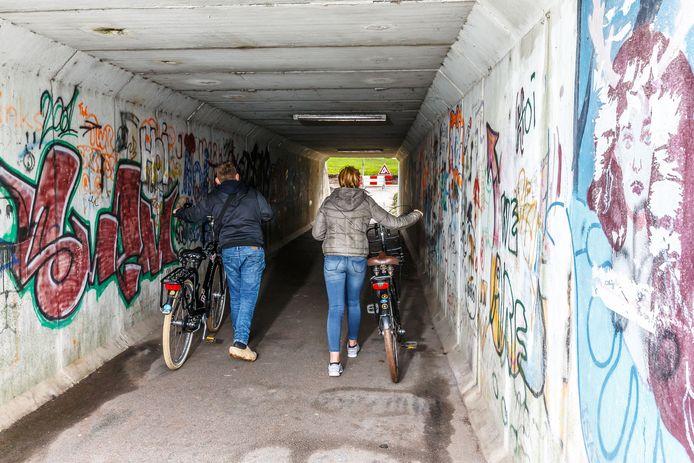 De tunnel onder de Flevoweg (N331) met graffiti en  slechte verlichting kan volgend jaar onder handen worden genomen. Nu moet er nog een plan komen voor versieringen van de muren.