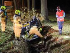 Auto raakt van de weg en eindigt op de kop in greppel; man en meisje raken gewond, alcohol in het spel