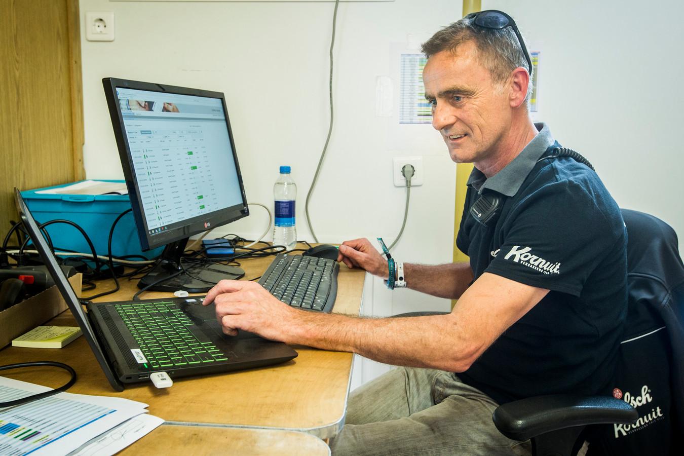 Frank Domhof van Grolsch houdt op zijn computer elke deciliter in de gaten.