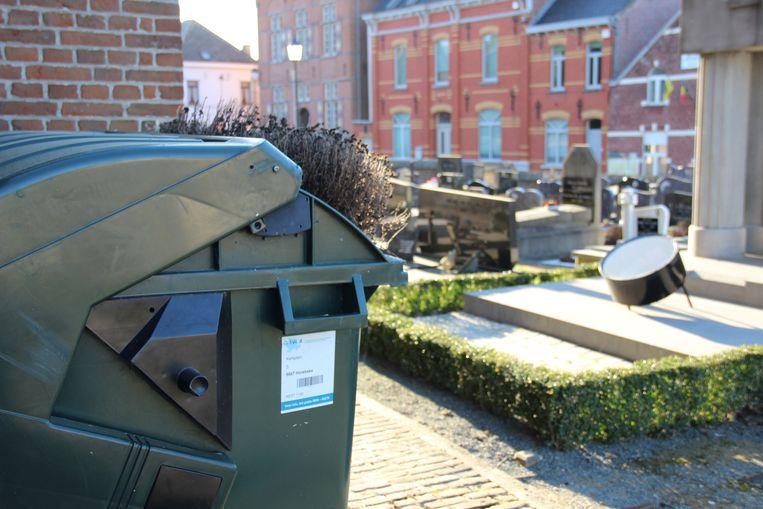 Momenteel staat er maar één afvalcontainer op het kerkhof.