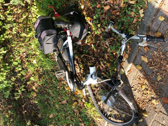 De fiets raakte ook flink beschadigd. Die brak in tweeën.