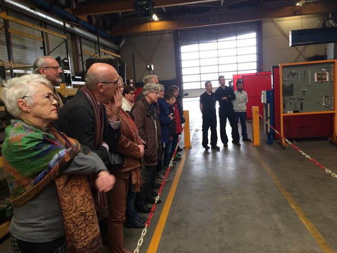 Bij het Osse metaalbedrijf Stracon keken de belangstellenden aandachtig naar de grootste lasrobot van de Benelux.