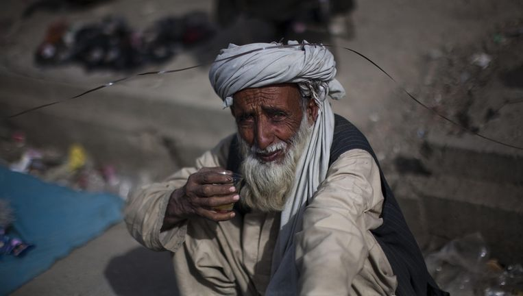 Een Afghaanse man drinkt thee in Kabul. Beeld ap