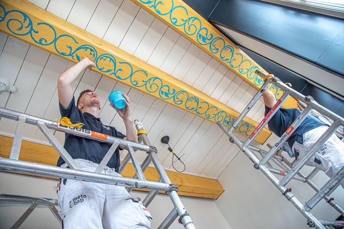 Cibap-studenten Sander en Antal brengen historische rankschilderingen aan op de balken in de woning van voormalig burgemeester Henrick Aeltsz in Kampen.