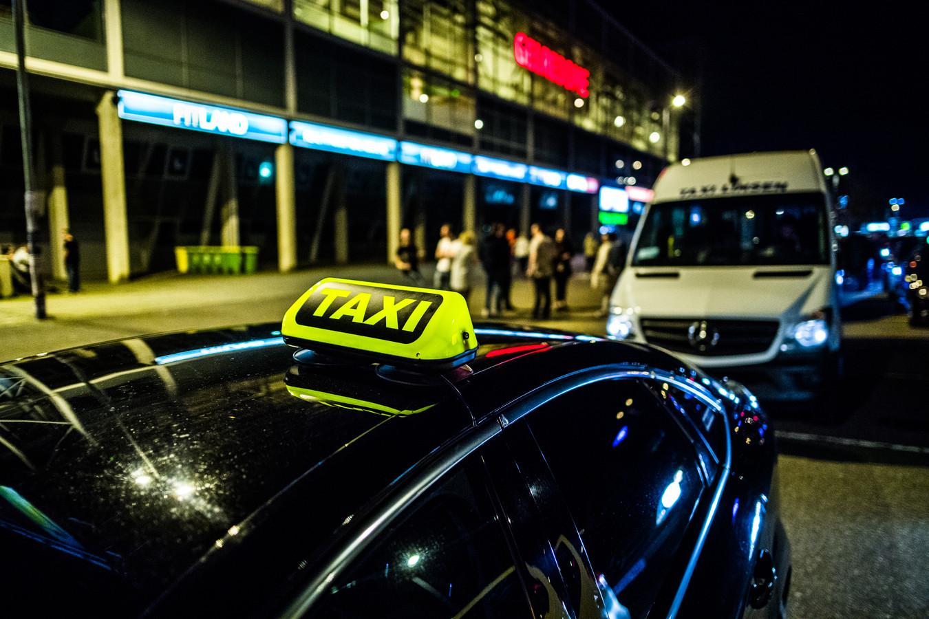 Taxi bij stadion GelreDome tijdens een groot evenement.