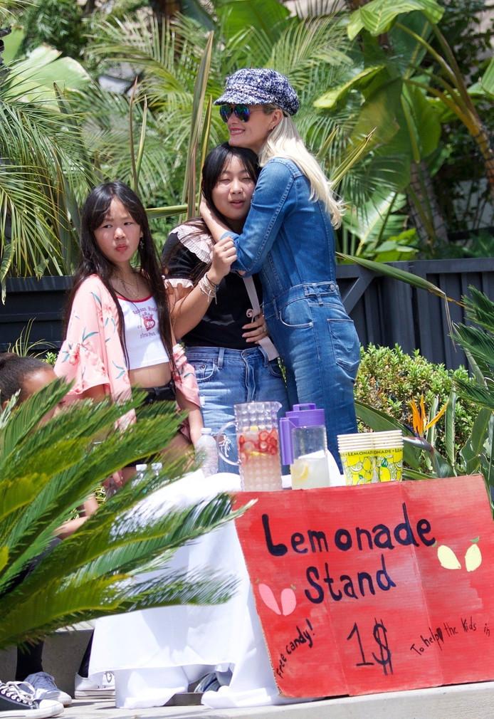 Laeticia et ses filles, vendant de la limonade, dimanche 18 mai.
