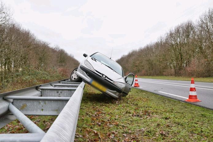 Bestuurder belandt met auto op de vangrail.