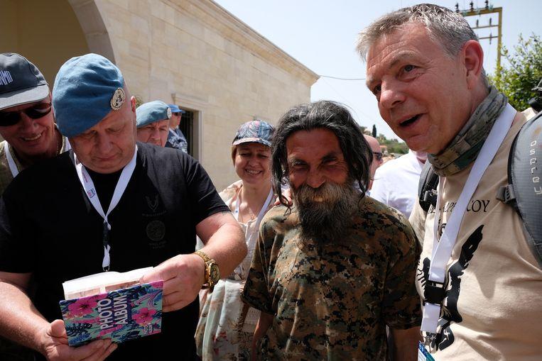 Twee Nederlandse veteranen laten oude foto's zien aan een Libanees die zij nog kennen uit hun tijd bij Unifil tussen 1979 en 1985. De man kreeg destijds de bijnaam Tinus Tand.  Beeld Gert Jan Rohmensen