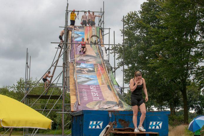De negen meter hoge glijbaan bij de zeskamp in Hulsel.