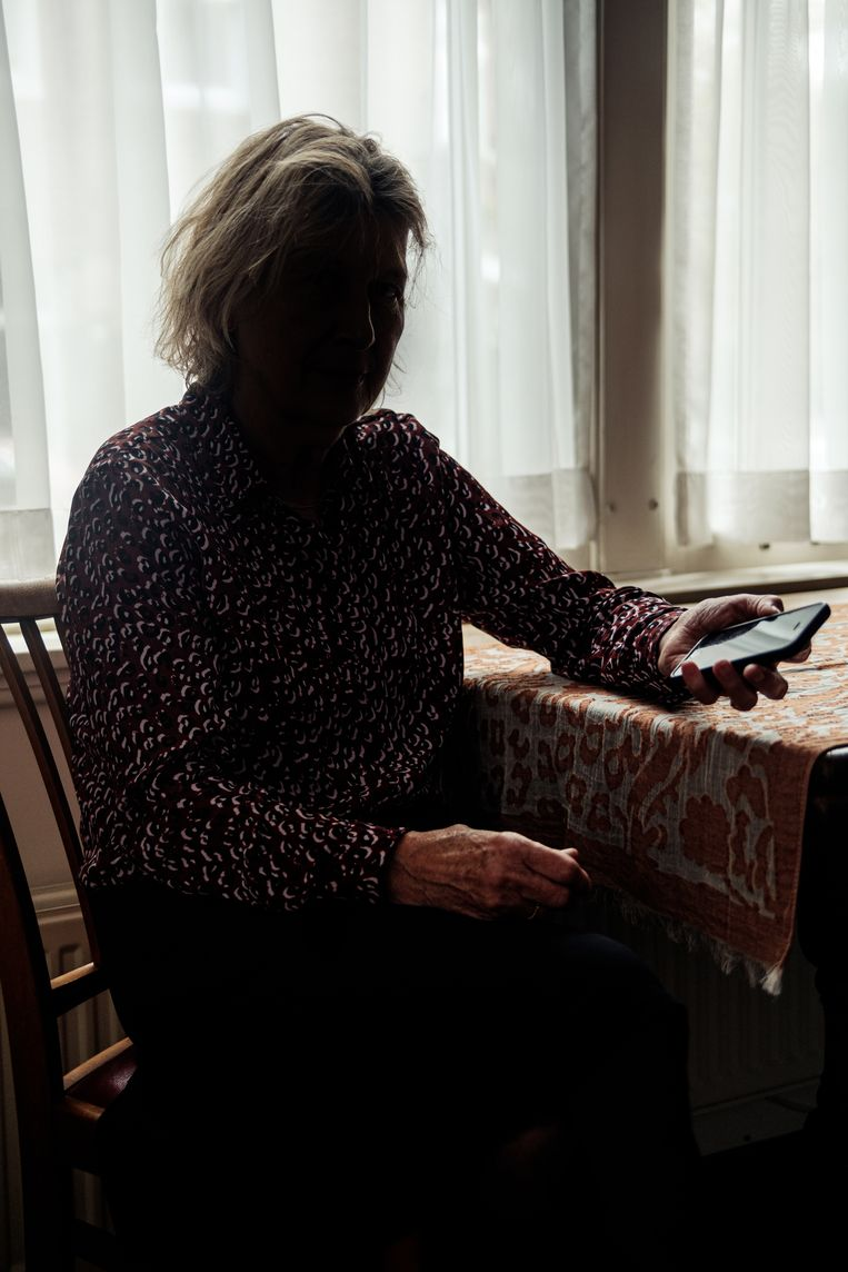 De 70-jarige Lisanne raakte door een combinatie van whatsappfraude en spoofing 41.000 euro kwijt.  Beeld Jakob van Vliet