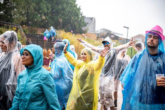 Festivalgangers op het eveneens regenachtige Tomorrowland.