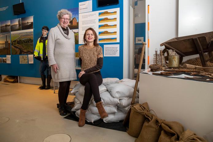 Natalie Kriek (rechts) en vrijwilliger Gerda van der Mijn bij de expositie over Hoog Water in Veenendaal.