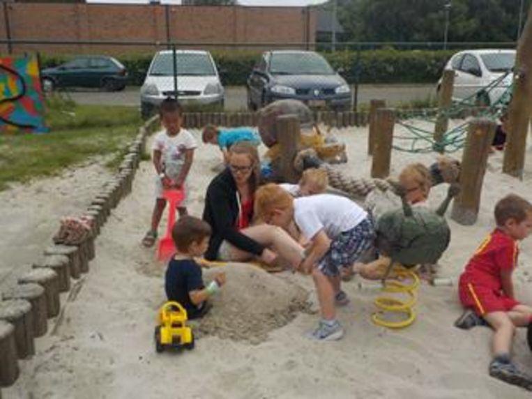 Kinderen ravotten in de buitenschoolse kinderopvang.