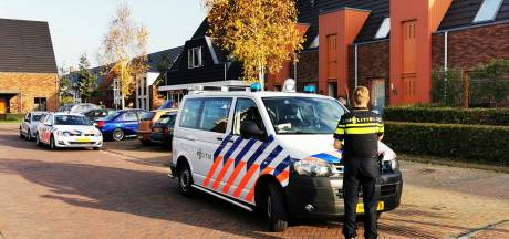 Politie pakt man en vrouw op voor 'grondstoffen drugs' in woning Zevenaar; onderzoek in huis en auto's