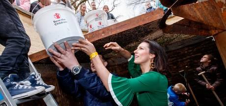 Prinses Viktória helpt met het legen van de Wensbron in de Efteling