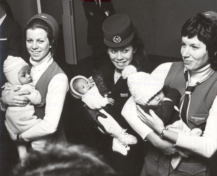 Drie stewardessen met Koreaanse adoptiekinderen op Schiphol in februari 1972 (foto ter illustratie).