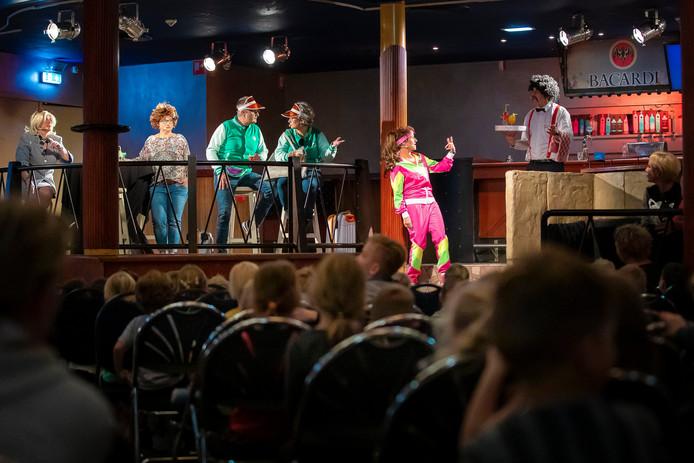 """De musical Oud Gedaan"""" in de Ster in Nieuwkuijk waar de cast bestaat uit ouders en docenten."""