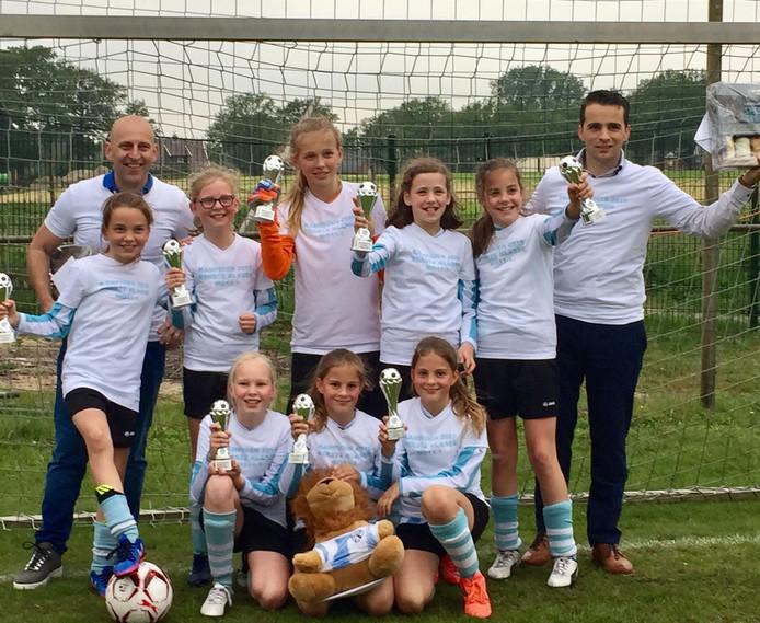Het winnende meisjesteam van voetbalclub Juventa'12 uit Wierden, dat in één seizoen twee keer kampioen werd.