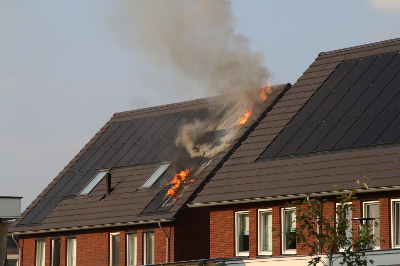 In de zonnepanelen van een woning aan de Holkerbeek in Nijkerk brak vorige week brand uit. Wat de oorzaak hier is geweest, is nog niet duidelijk. Experts wijzen op het gevaar van slechte installatie van de panelen.