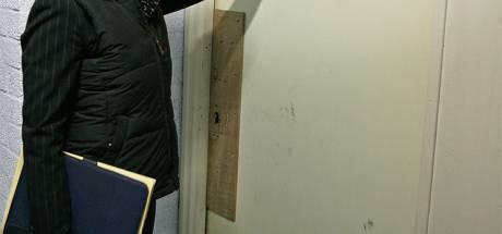 Man (50) uit Lelystad gaat door het lint tijdens bezoek van deurwaarder: zelfgemaakte wapens in beslag genomen