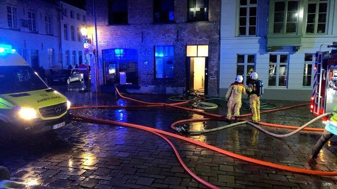 De brandweer in de Korte Riddersstraat in Brugge.