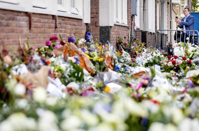Een bloemenzee op de plek waar Derk Wiersum werd vermoord.