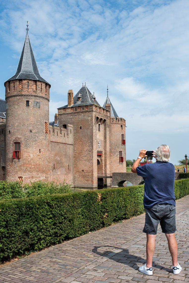 Toeristen bij het Muiderslot te Muiden. 'Amsterdam Castle' moet nog meer toeristen aantrekken. Beeld null