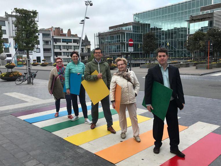 Leden van N-VA Koksijde op het symbolische regenboogzebrapad bij het gemeentehuis.