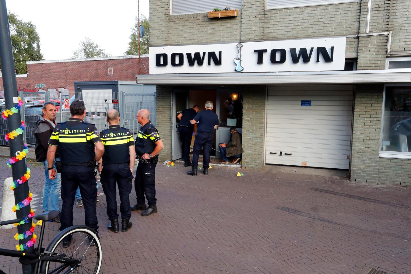 Voor de deur van Down Town aan de Leenderweg in Eindhoven ontplofte in de nacht van vrijdag op zaterdag een handgranaat.