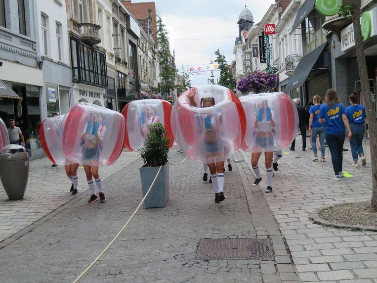 Zelfs de dansers in de Ooststraat bleven in hun eigen bubbel.