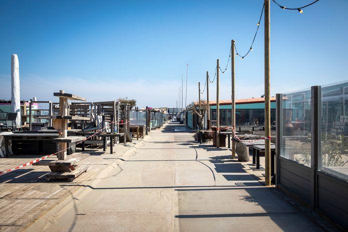 De terrassen op het Hoekse strand zijn al weken uitgestorven.