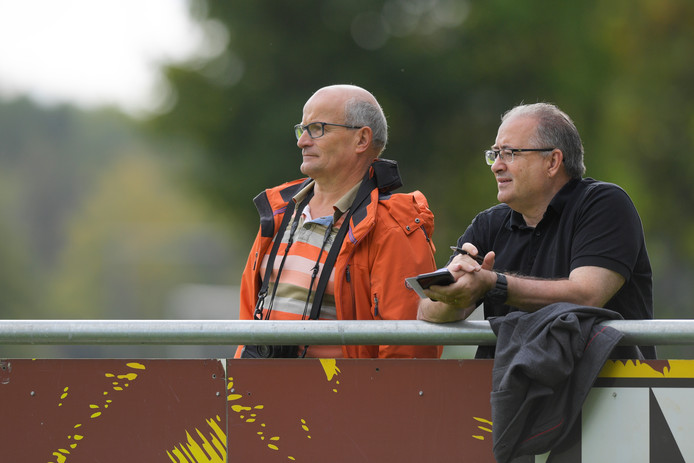 L-R Bert Kops (bestuurslid HHC'09), Ger Henskens (nieuwe trainer HHC'09)