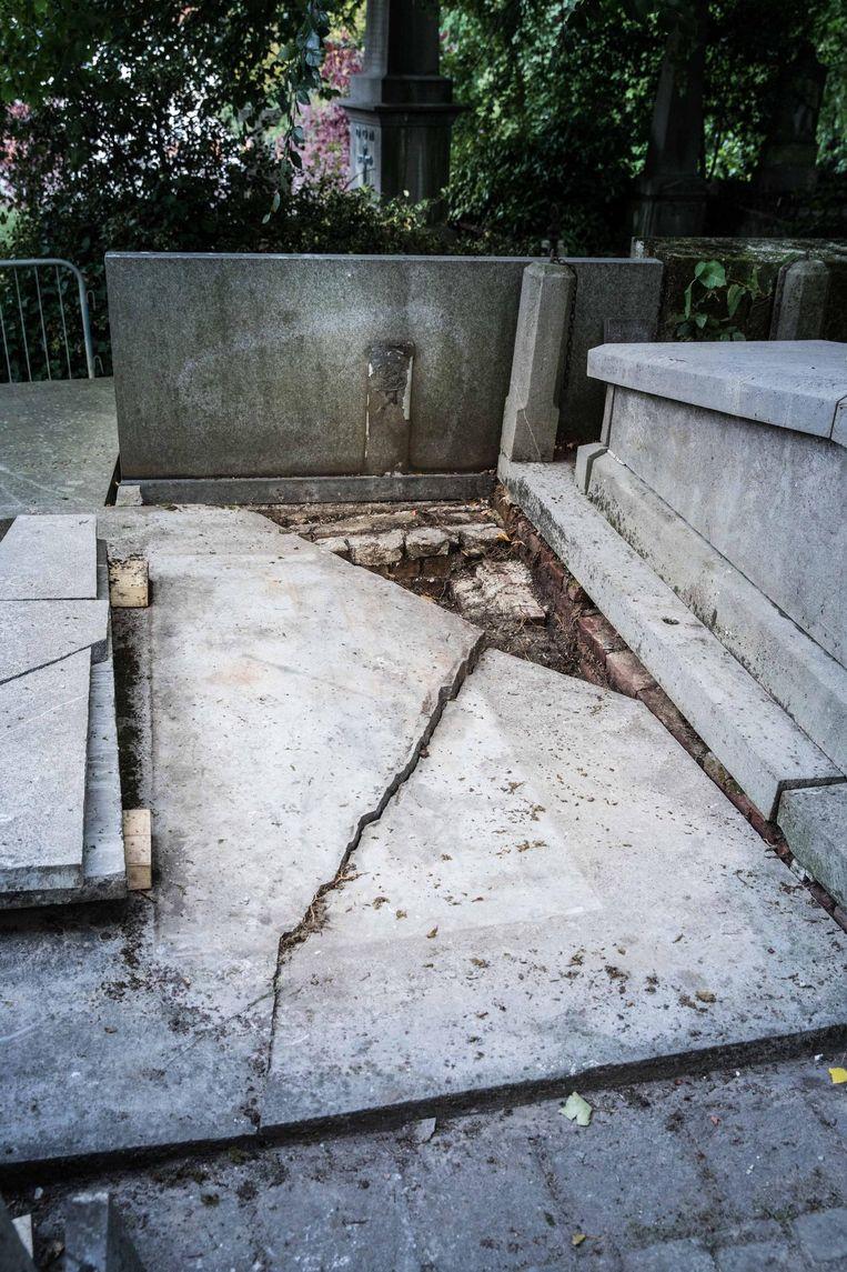 Sommige graven zijn gebarsten of mankeren stukken...