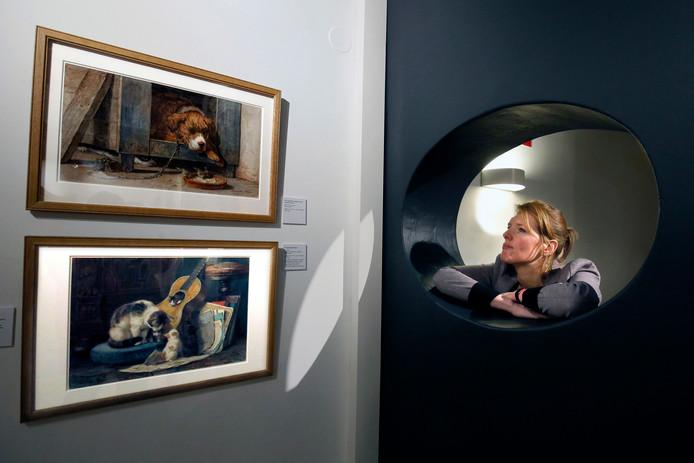 Conservator Afiena van IJken van het Stedelijk Museum Vianen reed stad en land af om schilderijen te verzamelen van Henriëtte Ronner-Knip (foto linksboven). De 19de eeuwse kunstenares legde zich toe op katten, maar in Dordrecht vond Van IJken werken met honden erop.