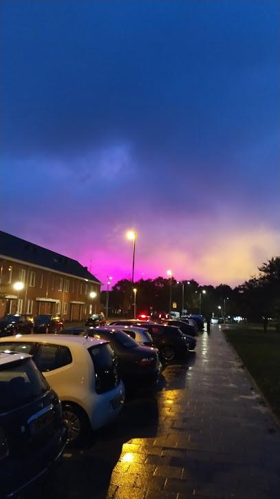 De lucht boven Hoek van Holland kleurde donderdagavond felroze.
