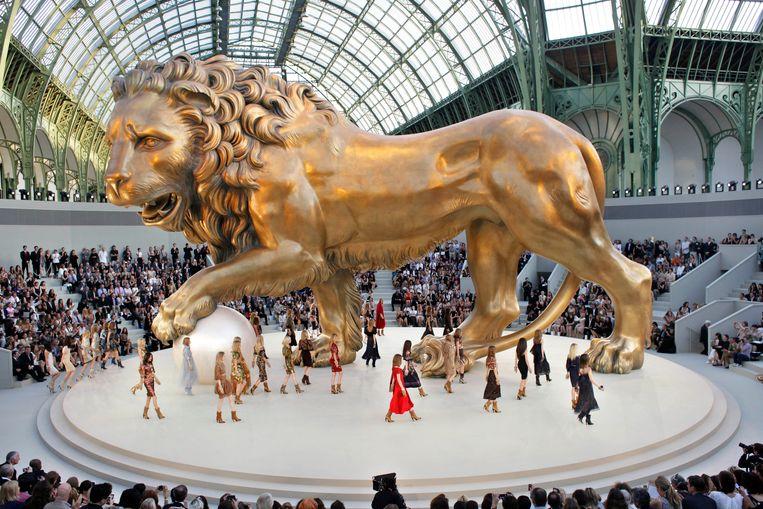 Chanel couture herfst-wintercollectie 2010-2011 rond een immense leeuw, geïnspireerd op Lagerfelds sterrenbeeld.