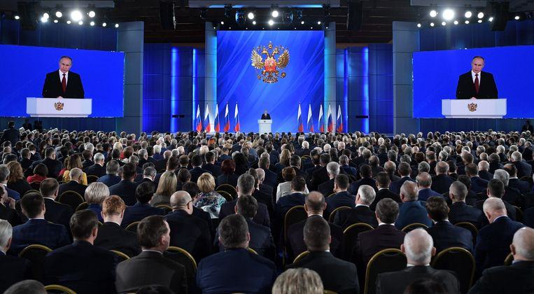 De Russische president Vladimir Poetin geeft zijn jaarlijkse speech ten overstaan van het parlement in de Manezh Central Exhibition Hall in Moskou, op 15 januari 2020.  Beeld EPA