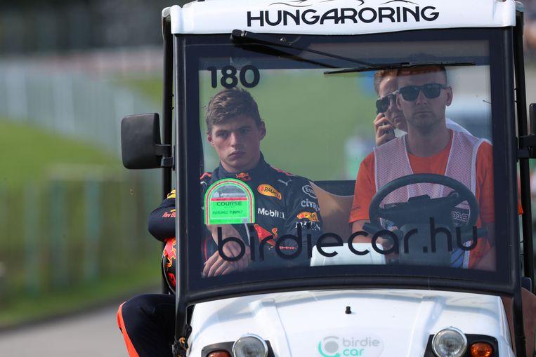 Gedesillusioneerd verlaat Max Verstappen het circuit. Hij viel in Hongarije uit in de zesde ronde.  Beeld AFP