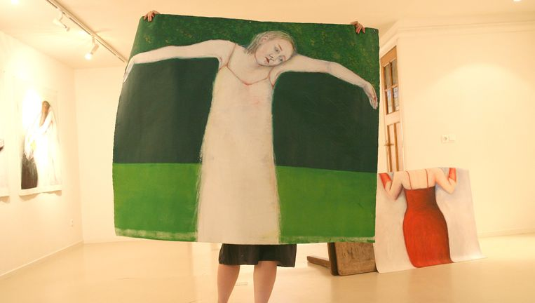 Performance My Mothers Paintings van Nina Boas met schilderijen van Françoise Magrangeas in Galerie Hommes. Beeld Sjoert Willemstijn