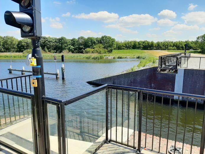 Het keermiddel bij de haven van Tholen, waar de rolbrug overheen geschoven kan worden.