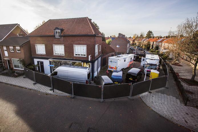 De politie doet onderzoek in een bedrijfspand aan de Van Leeuwenhoekstraat in Enschede, waar een dag eerder een viertal doden werden aangetroffen.