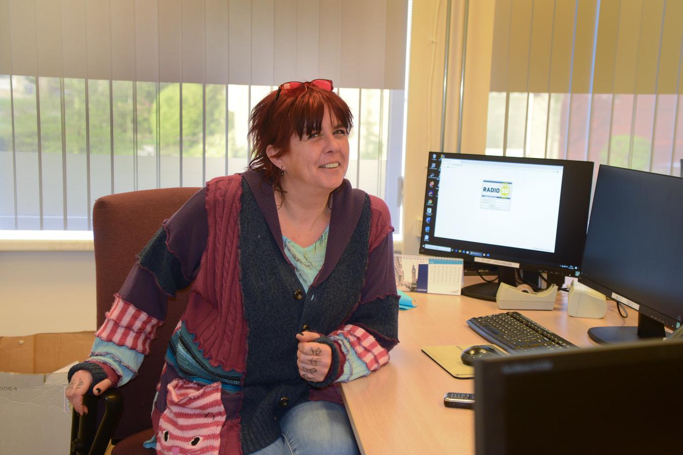 Christel Brunger doet het redactiewerk ter voorbereiding van het actualiteitenprogramma INFO bij Radio Schouwen-Duiveland.
