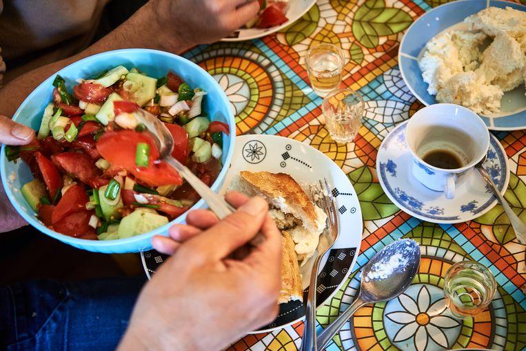 Salade, brood met kaas, sterke koffie en een borreltje. Beeld Theo Stielstra