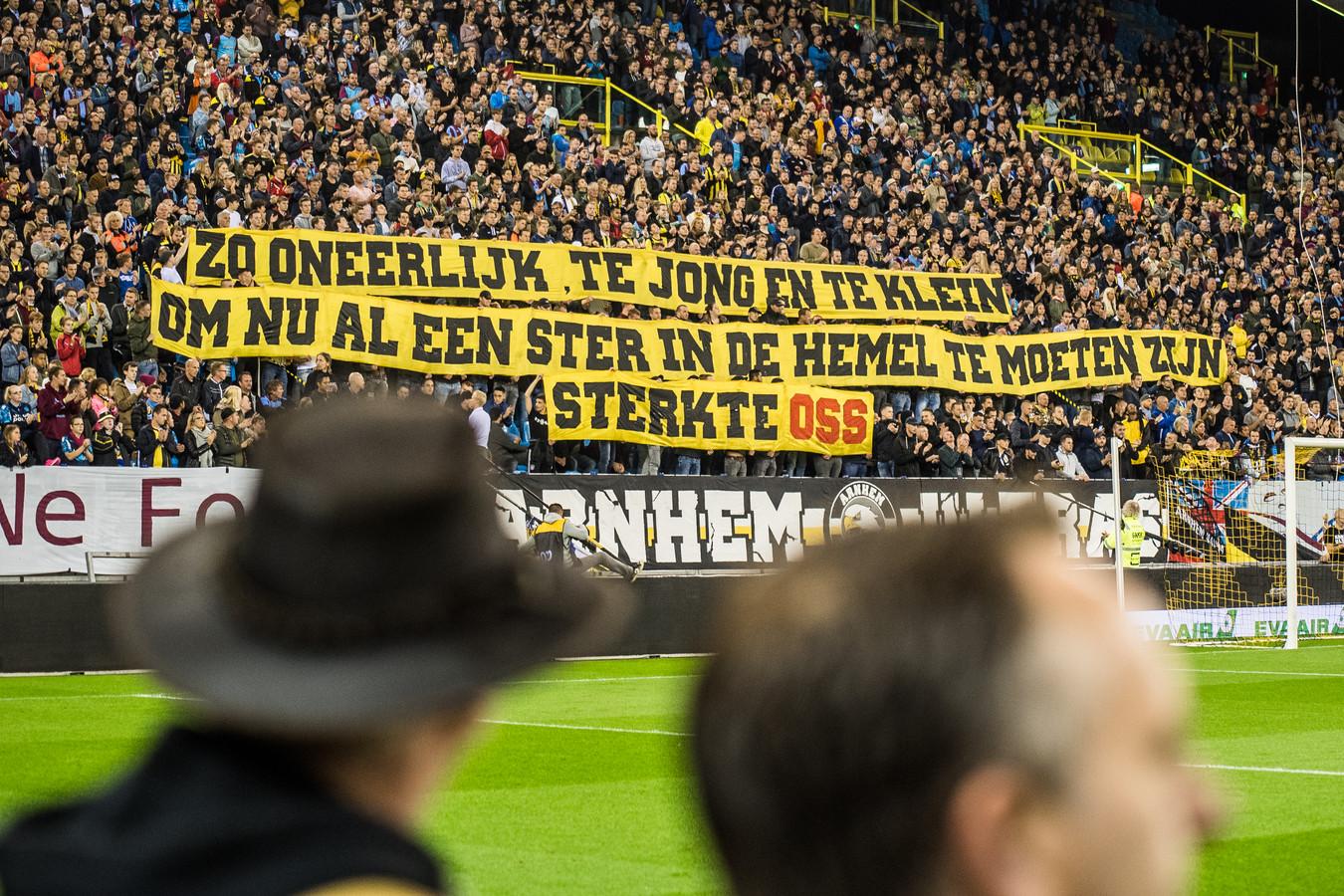 Vitesse -ADO supporters van vitesse steunen de nabestaanden van het treinongeval in Oss