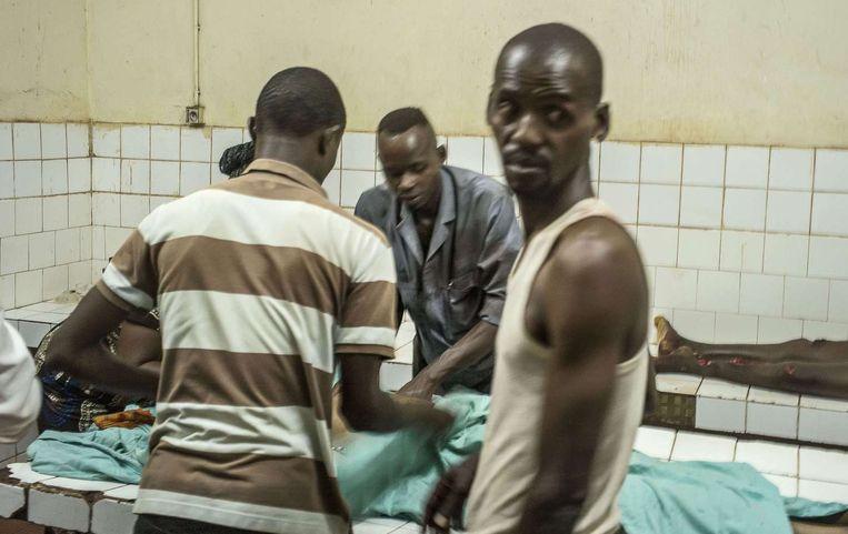 Ook de dodelijke slachtoffers moesten in het ziekenhuis worden opgebaard, omdat het mortuarium is gesloten. Beeld afp