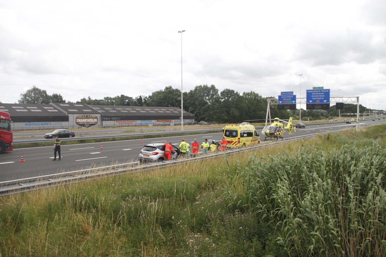 De A28 tussen Nijkerk en Amersfoort werd zondagavond afsloten voor het verkeer na een medisch incident met een kindje.